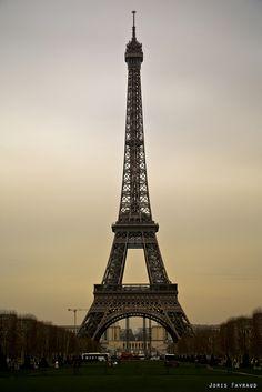 Vintage style Eiffel Tower with vintage grunge texture Poster The Iron Giant, Vintage Grunge, Vintage Travel Posters, Photo Canvas, Vintage Looks, Paris France, Vintage Photos, Vintage Fashion, Prints