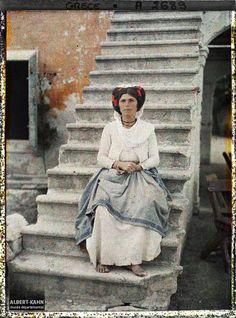 Grèce, Corfou, Une femme sur un escalier Légende Femme en costume traditionnel Lieu ancien Corfou, Grèce Date de prise de vue 3 octobre 1913 Opérateur Auguste Léon