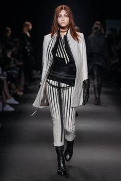 Ann Demeulemeester – Paris Fashion Week 2015 Trendreport - die Kollektionen der Modedesigner im Überblick. flair berichtet live von der Paris Fashion Week. Dieser Artikel aktualisiert sich regelmäßig