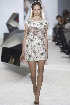 Le défilé Giambattista Valli printemps-été 2014 haute couture http://www.vogue.fr/mariage/tendances/diaporama/les-robes-de-mariee-de-la-haute-couture-2/17268/image/926206#!le-defile-giambattista-valli-printemps-ete-2014-haute-couture
