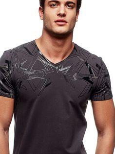 CAMISETA ESTAMPADA | GUESS.eu Mens Tee Shirts, Boys Shirts, Cool T Shirts, Casual Wear For Men, Camisa Polo, Tee Shirt Designs, Mens Fashion, Fashion Outfits, Hypebeast