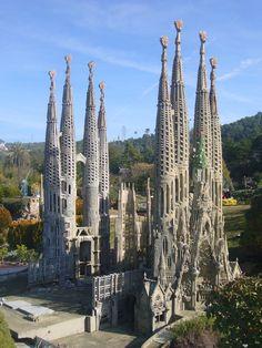 La arquitectura de Gaudí está marcada por un fuerte sello personal, caracterizado por la búsqueda de nuevas soluciones estructurales, que logró después de toda una vida dedicada al análisis de la estructura óptima del edificio, integrado en su entorno y siendo una síntesis de todas las artes y oficios. Toda su obra está marcada por las que fueron sus cuatro grandes pasiones en la vida: la arquitectura, la naturaleza, la religión y el amor a Cataluña.