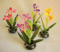 Arranjo Mini orquídeas, aceito encomendas, tenho estas cores disponíveis! Escolha sua cor e me mando um recado em CONTACTAR VENDEDOR .OBS; ESTE PREÇO SÓ ACIMA DE 10 PEÇAS! Uma ótima opção para lembrancinhas para qualquer data de aniversário, maternidade, chá de panela,um mimo para uma amiga.... PODE SER COM FITINHAS E LACINHOS! OBS: ESTOQUE LIMITADO! R$ 15,99