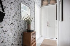 A typical Scandinavian studio apartment with bright spaces and carefully decorated Tiny Studio Apartments, One Bedroom Flat, Bright Decor, Entrance Ways, Arched Windows, First Home, Interior Inspiration, Scandinavian, Living Spaces