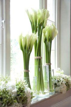 Arreglo floral de primavera con calas #DecorarConFlores