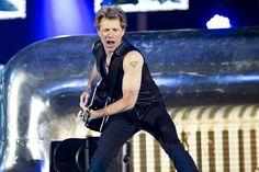 El cantante Bon Jovi en un concierto que ofreció hoy en el estadio Parken , de Copenhagen, Dinamarca. -