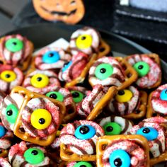 These are hilarious! Monster Eyeball Pretzels- great Halloween treat idea for parties!