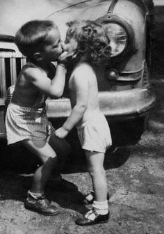 how stinkin' cute is this first kiss?