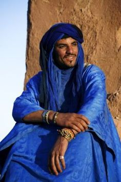 Tuareg man, dressed in traditional clothing, with Ait Benhaddou Kasbah in the background. Near the town of Ouarzazate. Morocco -Love these people! Beautiful World, Beautiful Men, Beautiful People, Film Black, Beauty Around The World, People Photography, Interesting Faces, World Cultures, People Around The World