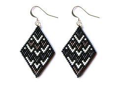 Boucles d'oreilles losanges en perles Miyuki à motifs graphiques noir, argent et blanc