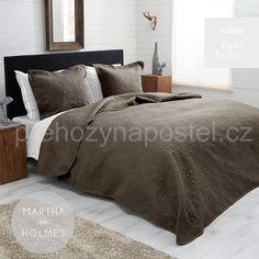 Oboustranný hnědý přehoz na manželskou postel s ornamenty