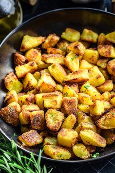 Chrupiące pieczone ziemniaki (3 składniki) - Wilkuchnia Side Dish Recipes, Dinner Recipes, Vegetarian Recipes, Healthy Recipes, Wonderful Recipe, Home Food, Food Cravings, Food Inspiration, Food To Make