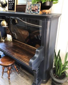 Turn an old piano into a desk!