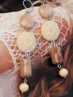 Delicate nuance rosa cipria per questi orecchini realizzati in argento con splendide pietre di luna