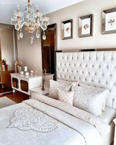 Keyifli ve şık bir ev. Room Design Bedroom, Bedroom Sets, Home Bedroom, Bedroom Decor, Master Bedrooms, Chandelier Bedroom, Decoration Table, Bed Spreads, Light Colors