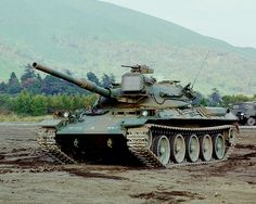 74式戦車  略称:74TK  愛称:ナナヨン    [乗員]4人  [全備重量]約38t  [全長]9.41m  [全幅]3.18m  [全高]2.25m(砲塔上面まで標準姿勢)  [旋回性能]超信地  [最高速度]53km/h  [エンジン]  空冷2サイクル10気筒  ディーゼル機関  720ps/2,200rpm  [武装]  105mm戦車砲  12.7mm重機関銃  74式車載7.62mm機関銃  [開発]防衛庁技術研究本部  [製作]  ・砲塔,車体:三菱重工業  ・105mm砲:日本製鋼所    105mm戦車砲を搭載し、レーザ測遠機、弾道計算機、砲安定装置等を持ち、正確・迅速な射撃ができる。空冷ディーゼルエンジンおよび姿勢変換のでき る油気圧懸架装置を持ち、路上および路外走行性能に優れ、また、潜水渡渉も可能。低姿勢であり、優れた防護力を有する。