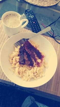 Essen kommt bei zwei Kindern und allem drum und dran eher kurz für Mama aber heute gab es was gutes 😍 #rührei #speck #gaaanzvielkaffee #selfmade #foodporn #antitütenkochen