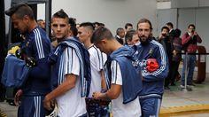 Jugadores de la selección Argentina de fútbol salen del hotel rumbo al entrenamiento en el Estadio Alberto Gallardo, en la Ciudad de Lima, Peru. (Gustavo Ortiz / Enviado Especial)