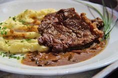 Plátky masa u šlachy nařízneme, aby se maso nekroutilo, osolíme a důkladně opepříme čerstvě nadrceným pepřem. Tuto část hovězího je dobré... Steak, Cooking Recipes, Beef, Treats, Food, Meat, Sweet Like Candy, Goodies, Chef Recipes