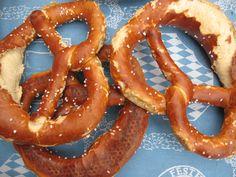 """Es bleiben noch ein paar der essbaren """"Münchner- und Oktoberfest-Wahrzeichen"""" Brezn übrig ... ich packe eine ein und mache nun einen kleinen Rundgang durch die noch nicht propenvollen Fest-Gassen ..."""