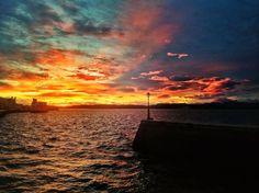 Octubre amanece en azul y rojo. #Santander #Cantabria #Spain