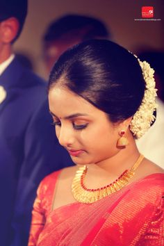 How to apply simple makeup for wedding fresh bride christian makeup hairstyle jewellery beauty photography Saree Hairstyles, Indian Bridal Hairstyles, Indian Wedding Hairstyles, Bride Hairstyles, Christian Wedding Sarees, Christian Bride, Saree Wedding, Bridal Hairstyle For Reception, Lehenga