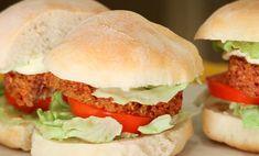 I burger vegani sono la ricetta perfetta per chi vuole gustarsi un bel panino senza sensi di colpa per la linea! Si tratta infatti di una ricetta vegan, in cui le verdure sono le vere protagoniste: la maionese vegan rende tutto ancora più goloso.