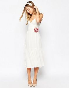 ASOS - WEDDING - Robe mi-longue style caraco à volants avec fleur en tissu