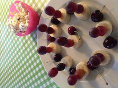Bananskiver med vindruehoveder med kirsebær og popcorn on the side