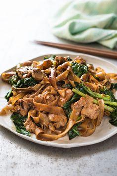 タイ料理のパットシーユーは醤油味の焼きそば。タイの屋台でとても人気のある食べ物です。材料を整えてしまえば、あとは中華鍋に放り込みあっという間に5分程で出来てしまうので驚きです。