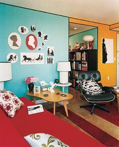 sala-com-paredes-coloridas-molduras-e-pecas-modernas-e-vintage