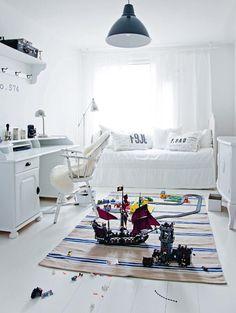 Wanilla Rosen markkinoilta hankittu tuoli sopii valkoiseksi maalatun pöydän pariksi. Talja pehmentää tunnelmaa. Kattovalaisin on Ikeasta.   Tyyli vaihtoon   Koti ja keittiö   Jonna Kivilahti   Kuva Krista Keltanen Exterior Design, Interior And Exterior, Black Accents, Fashion Flats, Wood Furniture, Toddler Bed, Ikea, Living Room, Simple