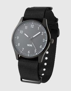 Die lässige Uhr von WOOD WOOD zeigt sich im angesagten Design. Ihre cleane Optik mit leichtem und längenverstellbarem Armband setzt besonders Sporty Styles cool in Szene. Ein praktisches und stylishes Accessoire zugleich.