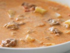 Eine deftige Gulaschsuppe für kalte Tage. Mit Kartoffeln, Paprika, Zwiebeln und Tomaten. Das beste Gulaschsuppe Thermomix Rezept weit und breit. Step by step beschrieben auf http://www.meinesvenja.de/2012/01/26/deftige-gulaschsuppe/ - da findest Du auch noch weitere Thermomix Suppenrezepte und Eintöpfe.