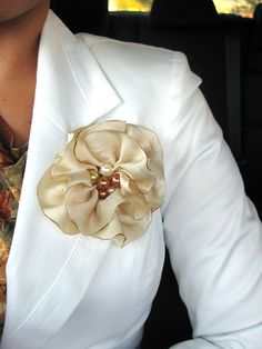 Stigla je jesen pa je red da napravimo jedan jesenski cvijet od tkanine. (budući da sam ga počela praviti u jedan ujutro, nadam se da ćete t...