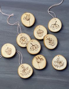 Pyrography instructions: Located in the forest, photo: © frechverlag / Topp Kr . Wood Burning Crafts, Wood Burning Patterns, Wood Burning Art, Wooden Art, Wooden Crafts, Diy And Crafts, Wood Ornaments, Xmas Ornaments, Pyrography Patterns