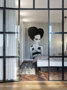 Kto povedal, že jednoizbový byt je malý? Inšpirujte sa týmto fantastickým príkladom otvorenej dispozície apartmánu v Minsku, ktorý pracuje s kvalitnými materiálmi a rôznymi dizajnovými prvkami. Radosť bývať!