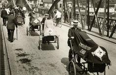 Personal de la Cruz Roja transportando soldados heridos en ambulancias-bicicleta durante la I Guerra Mundial (1914) en Rotterdam (Holanda)