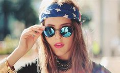 How to wear a bandana in your hair as a headband oakley sunglasses ideas Estilo Grunge, Estilo Hippie, 90s Grunge, Style Hipster, Hippie Style, My Style, Hipster Ideas, Hipster Hair, Tumblr Hipster