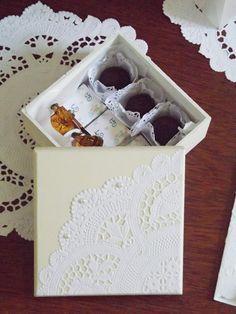 Linda Caixa em MDF ideal para presentear seus padrinhos de casamento. <br>Com acabamento em pintura acrílica na cor marfim, tampa decorada em Doily de Papel (papel rendado) com aplicação em Pérolas e acabamento lateral em fita de cetim marfim, esta linda caixa transmitirá a atmosfera romântica e bucólica que sugere. <br>Os chocolates e rótulos não acompanham a caixa.