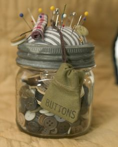 mason jar, Just a jar for the buttons no pincushion. Maybe a little sewing kit inside too. Mason Jar Projects, Mason Jar Crafts, Mason Jars, Jelly Jar Crafts, Sewing Hacks, Sewing Crafts, Sewing Projects, Sewing Kits, Pot Mason Diy