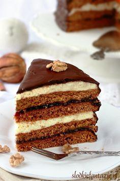 Tort piernikowy przekładany pysznym kremem i powidłami.