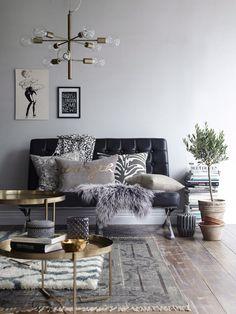 ellos,kevät,kevät sisustus,kevät sisustus olohuone,kattovalaisin,lampaantalja,lampaantaljat,koristetyyny,koristetyynyt,koriste-esineet,tyynynpäällinen,tyynynpäälliset,kupari,messinki,musta,nahka,maljakko,ruukku,matto,matot,pöytä,pöydät,sohvapöytä,sohvapöydät,taulu,sohva,olohuone