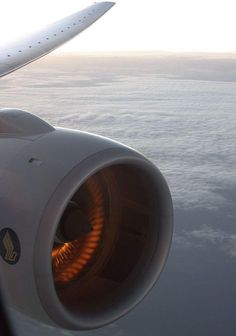 Amazing photography, @SingaporeAir Boeing 777-200 engine view with the sun reflecting on the blades #AvGeek #Aviation