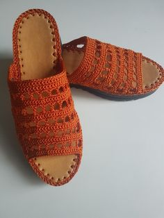 Crochet Shoes Pattern, Shoe Pattern, Crochet Sandals, Crochet Slippers, How To Make Shoes, Crochet Accessories, Knitting Yarn, Me Too Shoes, Flip Flops
