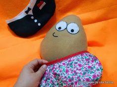 Mini Almofadinha Pou que troca de roupa by Litta Santos