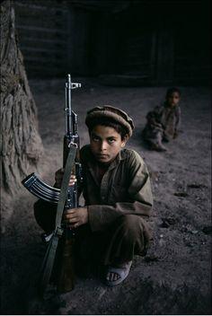 Impactante foto de Steve McCurry, Nuristan, Afganistán.