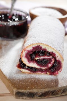 Swiss roll with black currant. Jam under powdered sugar , Menu Sans Gluten, Black Currants, Mets, Powdered Sugar, Dairy Free Recipes, Raisin, Vegan Vegetarian, Food And Drink, Latte