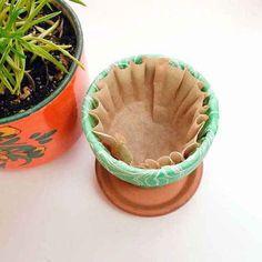 Mettez un filtre à café dans le fond des pots de fleurs pour retenir l'eau