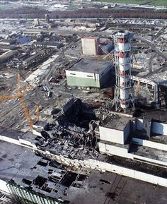 Chernobyl Nuclear Power Plant explodes – Photos – Days the Earth stood still Kernkraftwerk Tschernobyl explodiert Chernobyl Reactor, Reactor Nuclear, Chernobyl 1986, Chernobyl Disaster, Abandoned Buildings, Abandoned Places, North America Destinations, Nuclear Apocalypse, Chernobyl Nuclear Power Plant